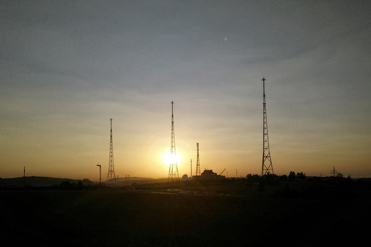 AM radio transmitters before sunset