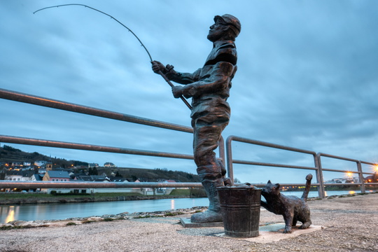 Sculpture of fisherman and cat