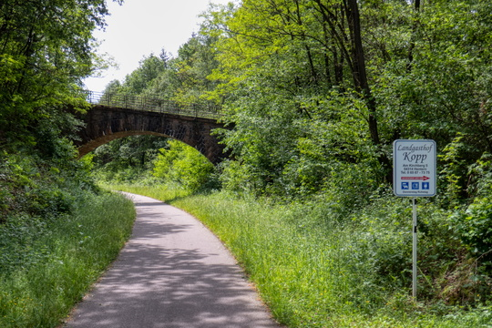 Bridge over Ruwer-Hochwald-Radweg with a direction to a eat, drink and sleep