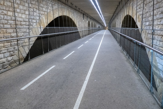 Cycling bridge is empty while road traffic is chaotic