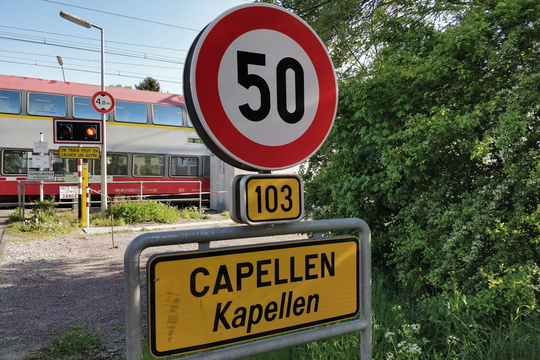 The usually closed railroad crossing in Capellen