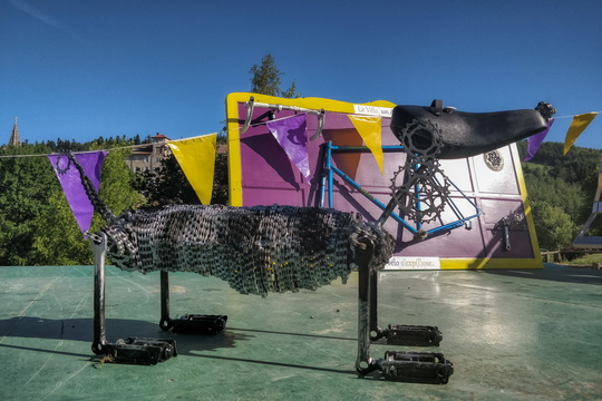 Dog statue made with bicycle parts in Lalouvesc